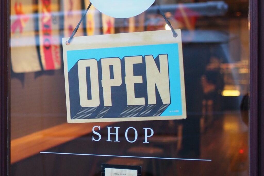 witryna informujaca ze sklep jest otwarty