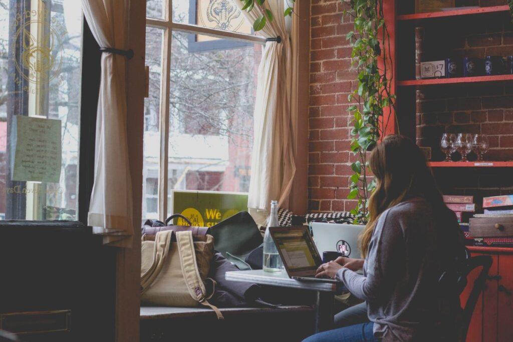 kobieta z komputerem w pokoju